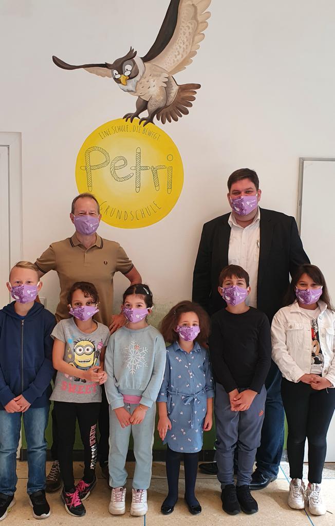 Dr. Strenger mit Schülerinnen und Schülern der Petri-Grundschule am 25. August 2020